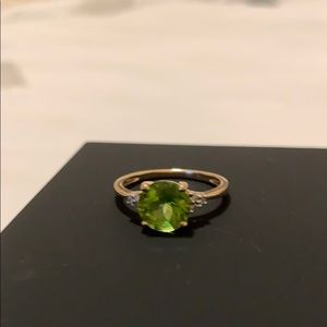 Jewelry - Peridot ring with 6 small diamonds.
